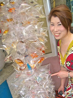 Yuko_and_fish_in_bags.[1].jpg
